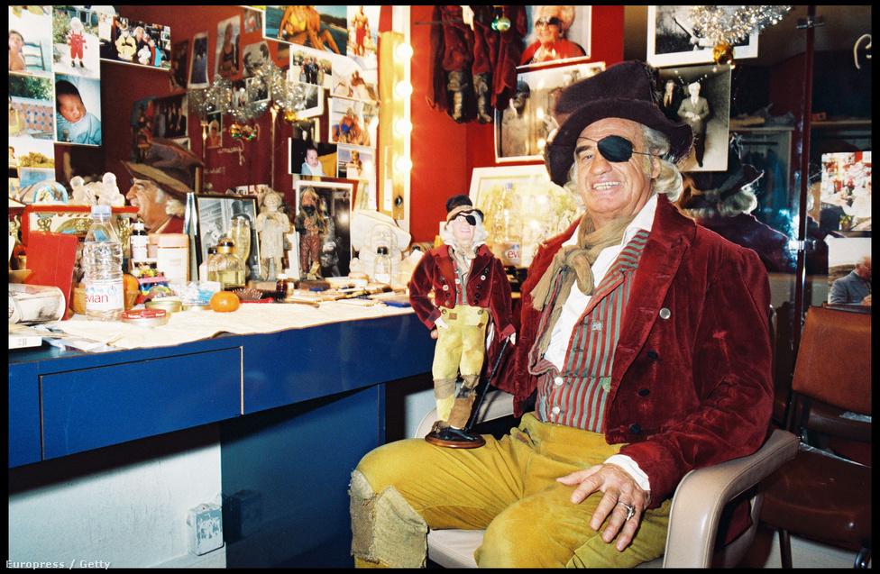 A színházi öltőzőben 1998-ban családi fotók és egy üveg Evian ásványvíz (elengedhetetlen sztárkellék) mellett.