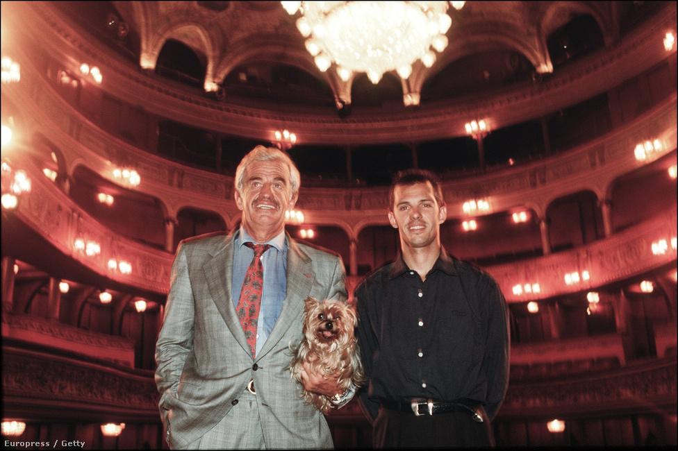 Belmondo, a színháztulajdonos. A színész 1991-ben megvásárolta meg a Théatre des Variétés színházat, amelyben egykor maga is nagy sikerrel szerepelt. A már említett Kean, a színész mellett legnagyobb színpadi sikere a Cyrano de Bergerac címszerepe volt.