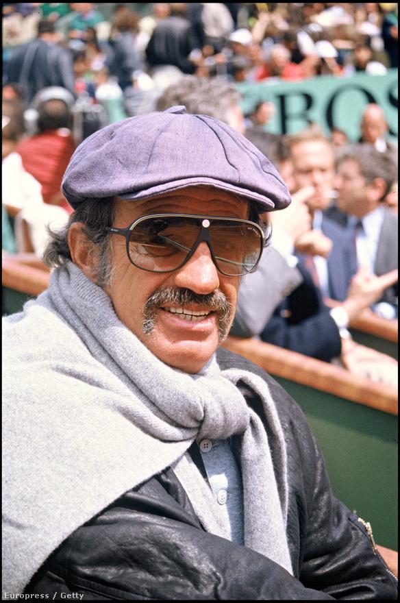 Belmondo nem csak a bokszot, hanem a teniszt is imádja. Ezt bizonyítja az a rengeteg kép, ami különböző teniszversenyek lelátóin készült róla. Ez 1988-ban, a Roland Garroson örökíti meg.