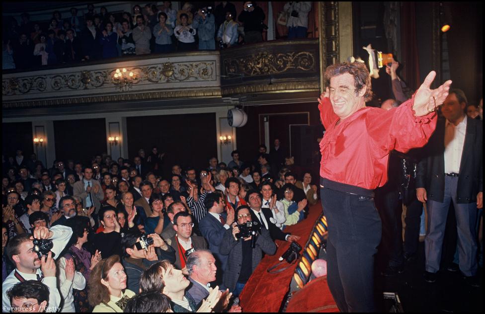 Állva ünnepli a közönség Belmondo alakítását a párizsi Marigny Színházban. Kevesen tudják, hogy a hihetetlen mennyiségű filmszerep mellett időről időre színpadon is játszott. Főleg akkor, amikor pár filmje megbukott a mozikban. Itt Dumas Kean, a színész című darabja után tapsolnak neki.