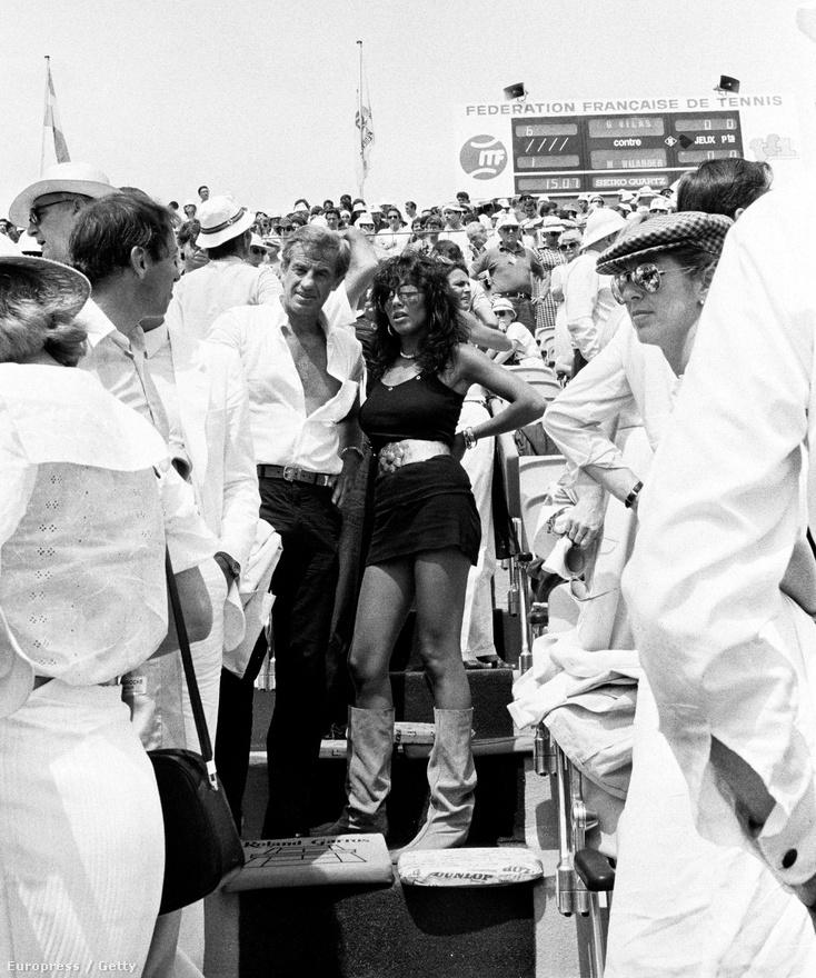 Egy teniszmeccsen a brazil származású Carlos Sottomayorral. Három filmben is játszottak együtt, A kívülállóban, a Magányos zsaruban és a Kellemes húsvéti ünnepeket! című vígjátékban. Emellett Belmondo járt is az énekes-színésznővel.