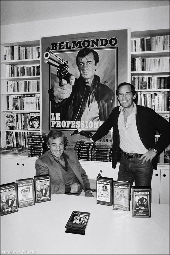 A Kifulladásig mellett a másik ikonikus Belmondo-film az 1981-ben készült A profi. Ennek a filmnek a plakátja látható a színész mögött, előtte pedig néhány korábbi filmje videókazettán. A profi legalább annyit köszönhet Ennio Morricone zenéjének, mint a fordulatos forgatókönyvnek vagy Belmondo játékának.