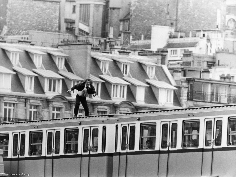 Egy látványos jelenet az 1975-ös Félelem a város felett című filmből. Belmondo híres volt arról, hogy nem használt kaszkadőröket, a veszélyes jeleneteket is szerette saját maga csinálni. Ez egészen 1985-ig tartott, amikor megsérült egy forgatáson.