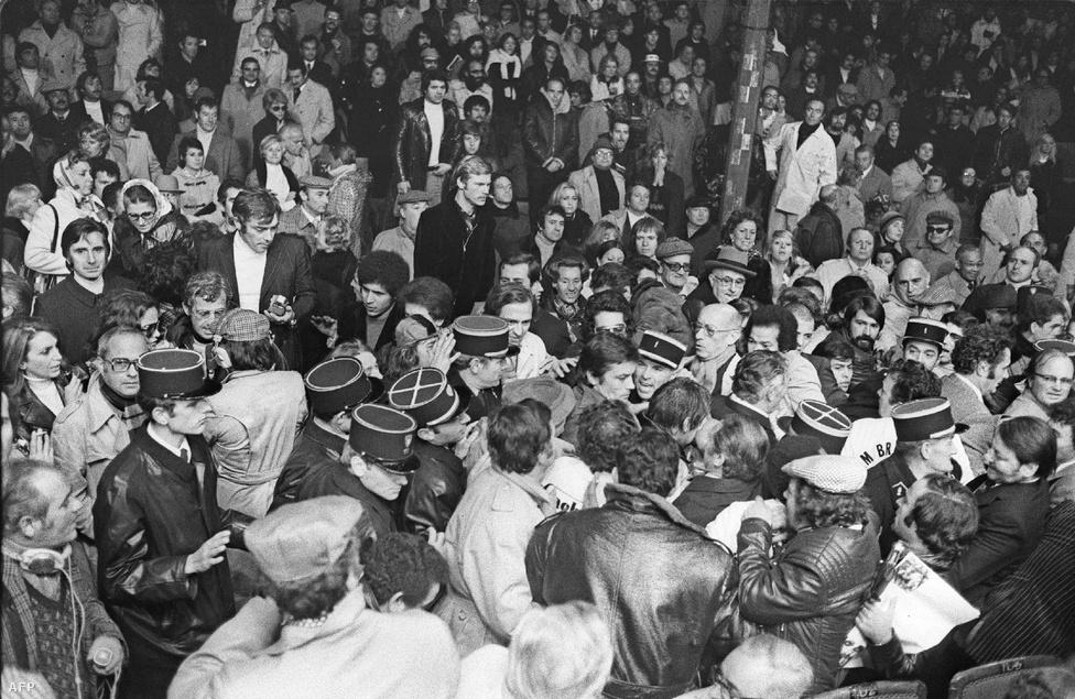 Rendőrök védik a két filmsztárt, Belmondót és Delont, amikor megérkeznek Carlos Monzon és Jean-Claude Bouttier bokszmeccsére 1973 szeptember 30-án. Bár a Borsalino után összevesztek, Delon és Belmondo egy idő után újra beszélőviszonyba kerültek, majd helyreállították barátságukat.