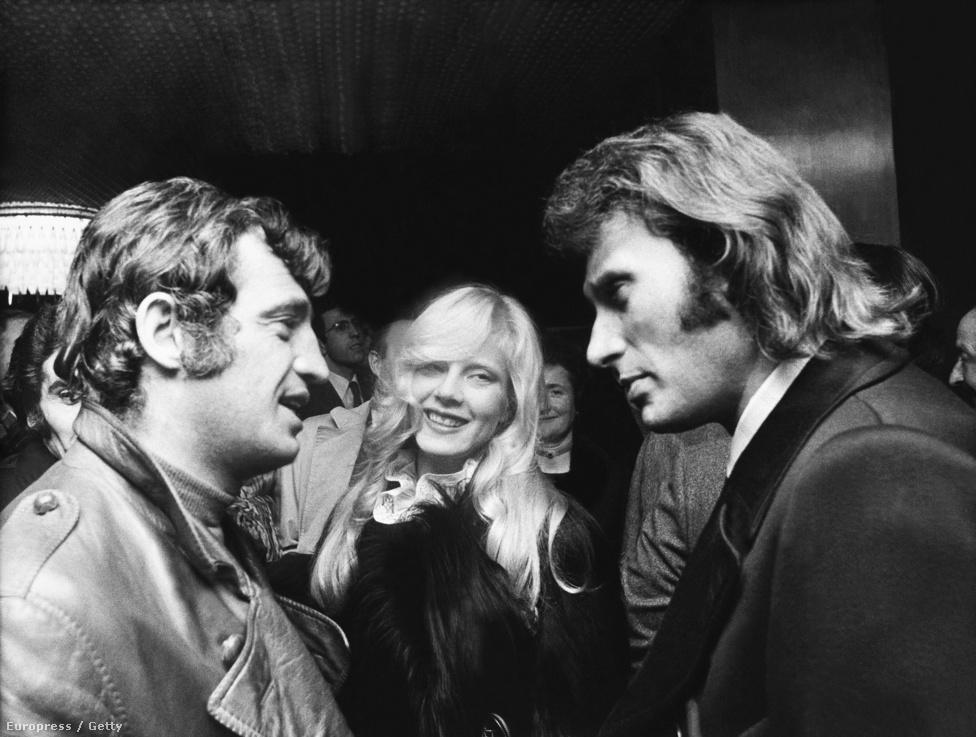 Híres barátokkal: Belmondo Sylvie Vartan és Johnny Hallyday társaságában. A kép 1971-ben készült, a színész és a két énekes is ekkor voltak a karrierük csúcsán. De panaszra egyiküknek sincs oka: mindannyian több évtizedes karriert építettek, bár Franciaországon kívül főleg Belmondóért rajongtak és rajonganak a mai napig.