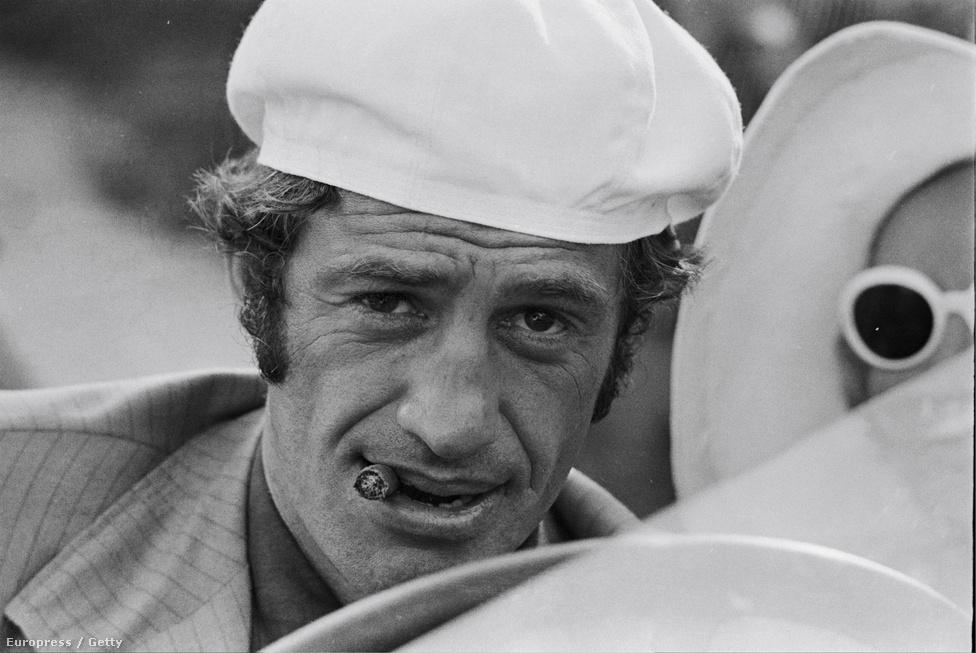 Egy kép az 1970-es Borsalinóból. Ez volt a Delon-Belmono páros egyik legsikeresebb filmje, mégis ezután hidegültek el egymástól. Belmondo sérelmezte, hogy Delon neve kétszer szerepel a film plakátján, színészként és producerként is. Az ügyből per, aztán évekig tartó sértődés lett.