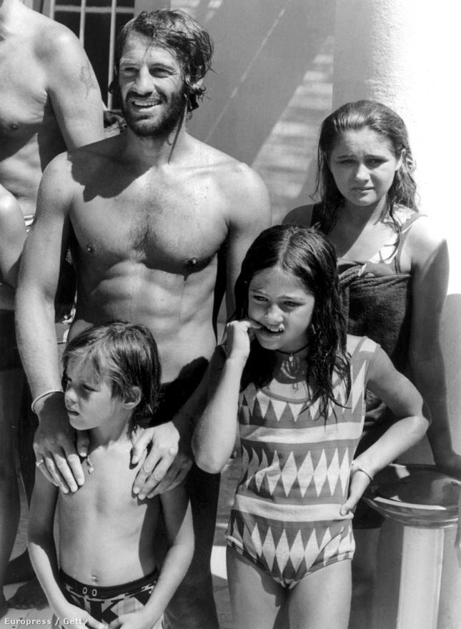 Egy nyaralási fotó a Belmondo-családról 1969-ből. A színész húszéves korában nősült meg először. Elodie Constantintól három gyereke született, velük látható a képen. A legidősebb Patricia, a középső Florence, a legkisebb pedig a később autóversenyzőként ismertté váló Paul. A házaspár 1965-ben vált el Belmondo hűtlensége miatt. Patricia 36 évesen egy tűzvészben halt meg.
