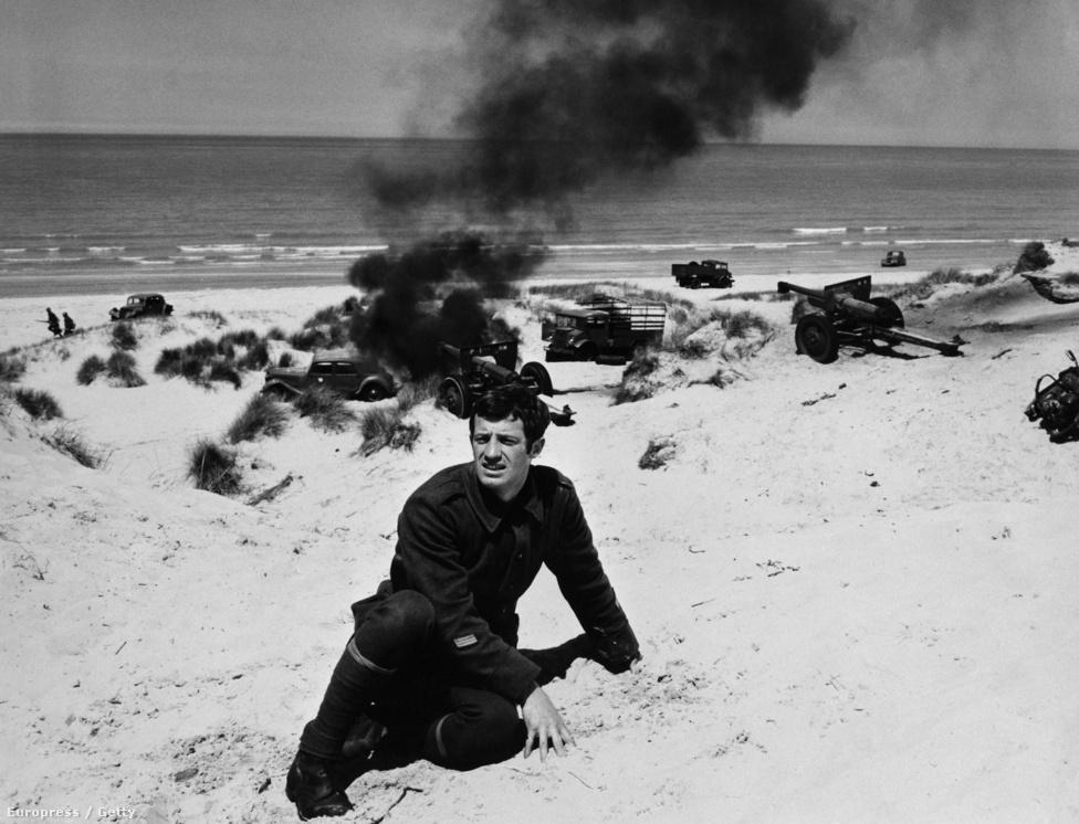 Egy másik legendás filmben, a Két nap az életben. A film Robert Merle önéletrajzi ihletésű regényéből készült, a dunkerque-i csata utolsó napjaiban játszódik, a tengerparton rekedt francia katonákról szól. A Két nap az életet hárommillióan nézték meg a francia mozikban.