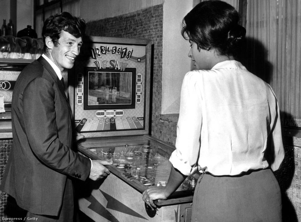 Belmondo és Sophia Loren flippereznek. Az 1960-ban készült Egy asszony meg a lánya című Vittorio De Sica-filmben játszottak együtt. Loren ezért a szerepért megkapta a legjobb női főszereplőnek járó Oscart. Ekkor már Belmondo túl volt a Kifulladásig hatalmas sikerén és éppen az olasz korszakát élte, sorra forgatta az olasz filmeket.
