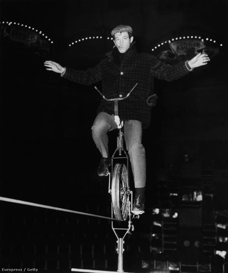 Belmondo, az artista. A művészcsaládból származó színész (édesapja szobrász, édesanyja festőművész volt) eleinte bohóc akart lenni. Később a sport felé fordult az érdeklődése, bokszolni kezdett és csak ezután jött a színészet. De a cirkusz örök szerelme maradt, amit ezen az 1955 körüli képen is bizonyít a Medrano Cirkuszban.