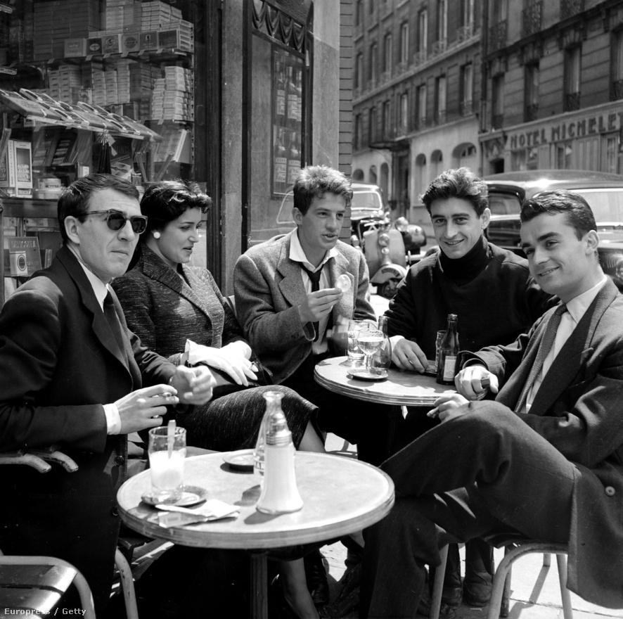 Párizs, 1954. A még csak 21 éves Jean-Paul Belmondo, becenevén Bébel egy kávézó teraszán. Asztaltársai, Jean-Pierre Marielle, Francoise Fabian, Pierre Vernier és Pierre Hatet mindannyian színészek, de egyikük sem lett olyan sikeres és híres, mint Belmondo.