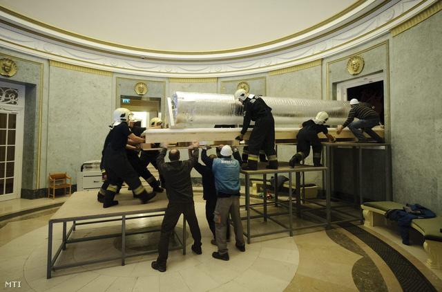 Tűzoltók emelik be a Golgotát a debreceni Déri Múzeumba