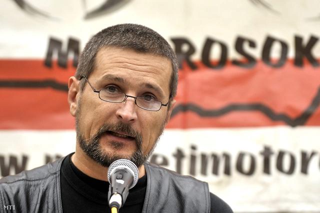 2009. október 23. Jeszenszky Sándor, az egyesület elnöke beszél a Nemzeti Érzelmű Motorosok 56-os megemlékezésén.