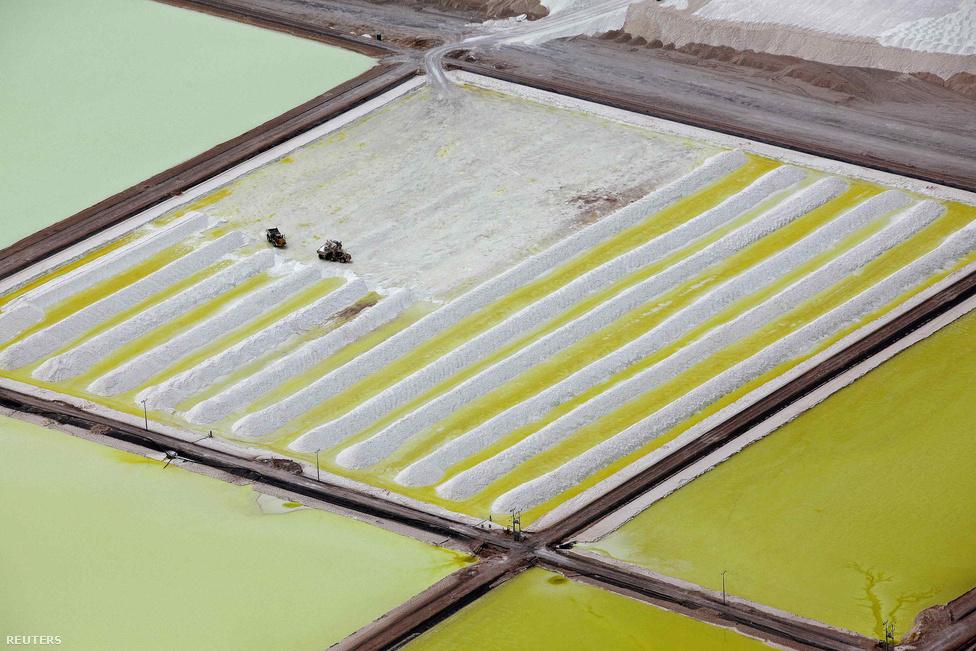 A Soquimich bányatársaság lepárlói. Chile adja jelenleg a világ 35.000 tonnás lítium kitermelésének 40 százalékát.