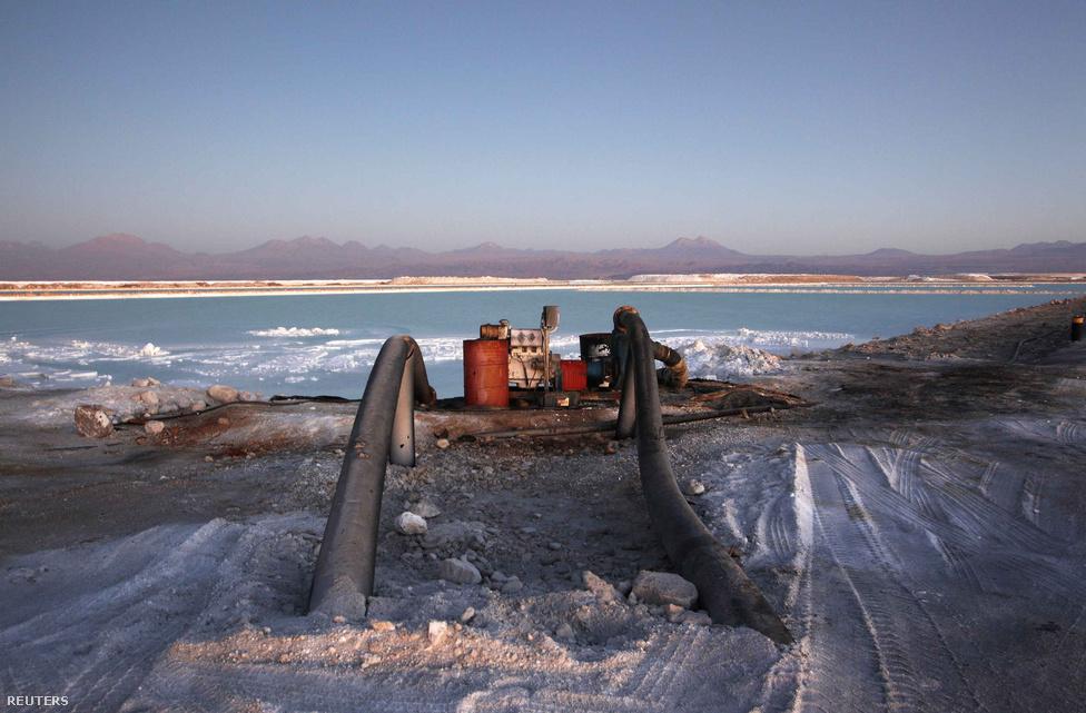 A magas ásványianyag-tartalmú sós talajvizet lepárló tavakba pumpálják. A lepárlások eredménye a kellő koncentrátumú lítium-karbonát.