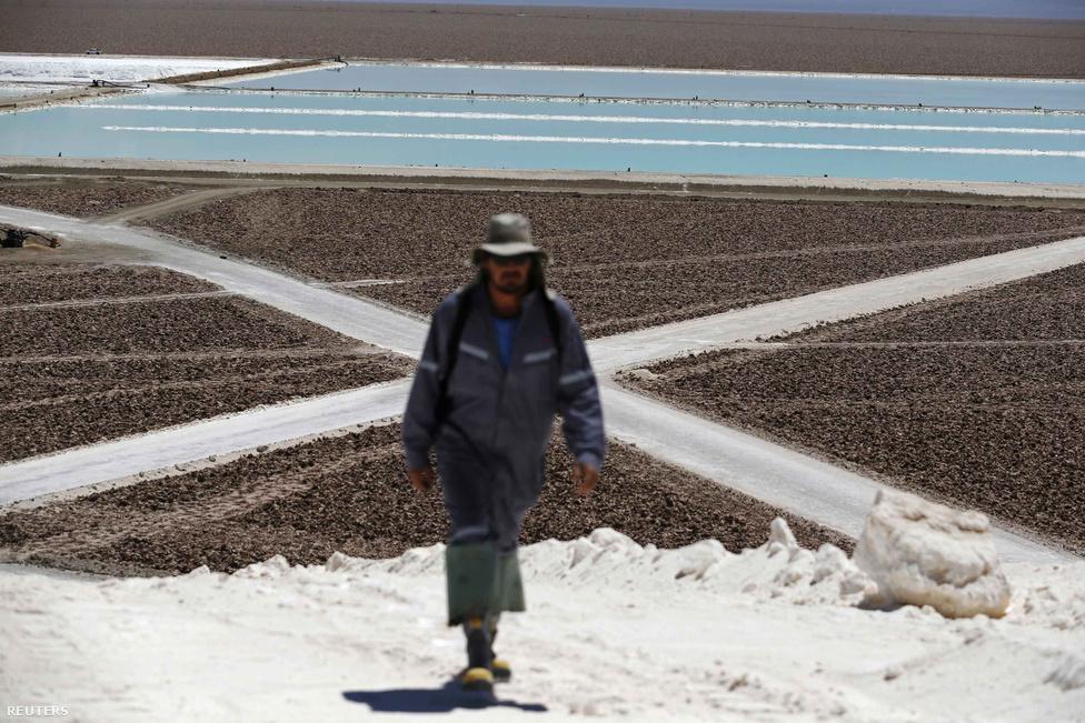 A sivatagot a nedvességtől az egyik felén az Andok, a másik felén a parti hegység védi.  Egyes helyeken 5-20 évente esik 1 milliméter csapadék, a fennsíknak emiatt nincs vízelvezetése és a talajvíz hosszan megmarad.