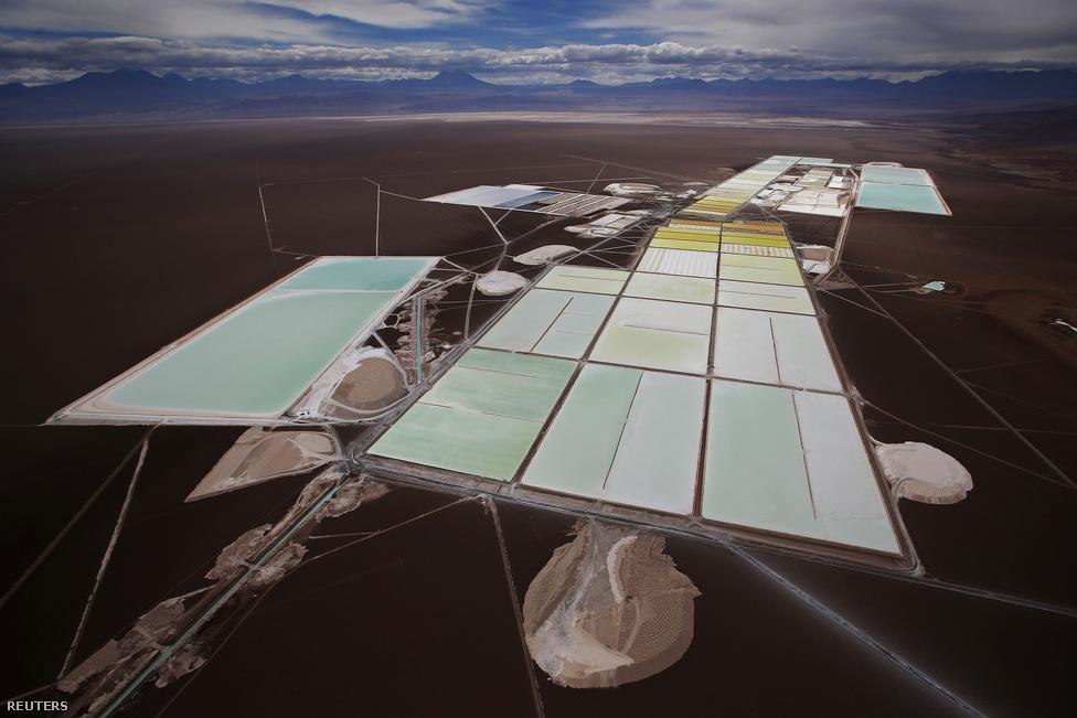 A világon a legtöbb lítiumot Chilében, az ország északi részén fekvő Atacama-sivatagban, a föld egyik legszárazabb vidékén termelik ki.