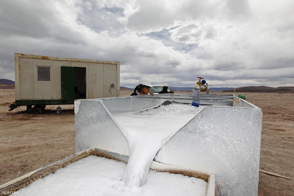 A Galaxy Resources társaság telepe a Salar del Hombre Muerto sivatagban. A szomszédos Salar de Olaroz területén a Lithium Americas társaság fektet be csaknem egy milliárd dollárt a kitermelés kiépítésébe.