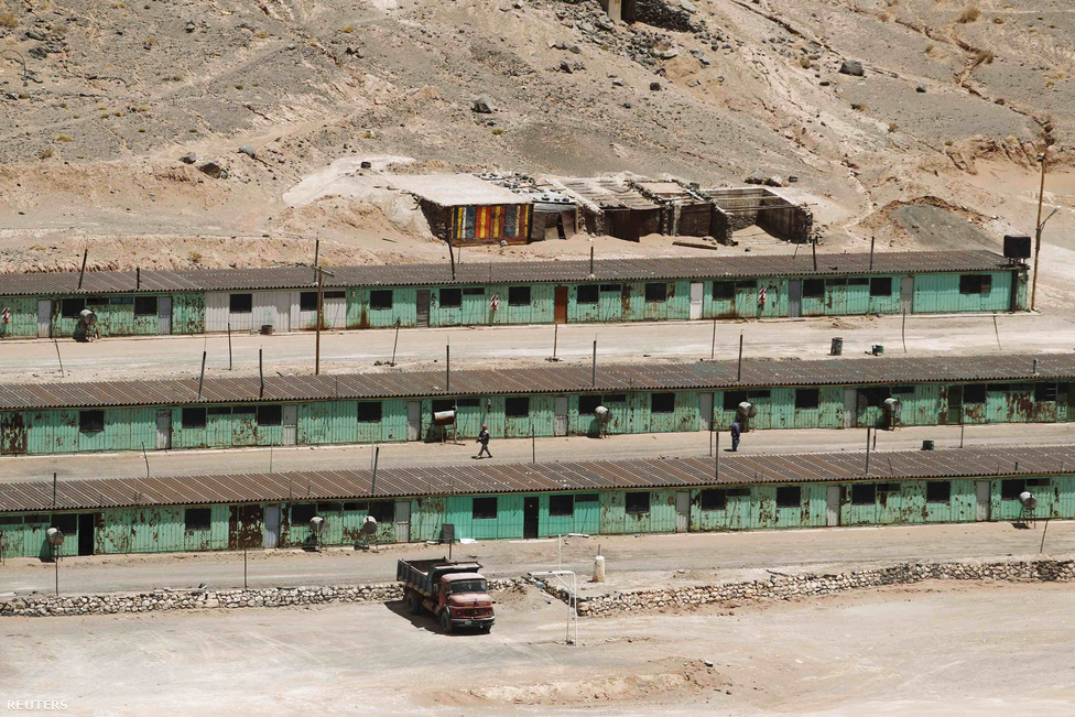 Bányatelep 4000 méteren, a Salar del Hombre Muerto (Halott ember sója) nevű sósivatag területén.