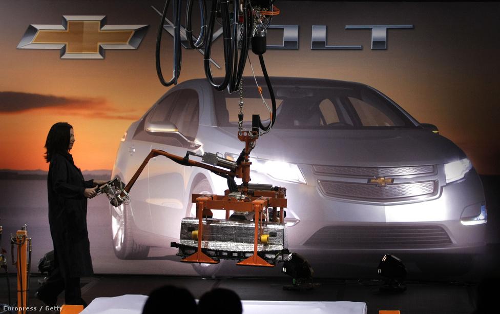 Az elektromos autók elterjedése miatt a lítium iránti kereslet robbanásszerűen nőhet a jövőben, ezek az akkumulátorok ugyanis jelenleg 4-7 kg lítiummal működnek, sokszorosával egy mobiltelefon vagy laptop igényének. Becslések szerint 2030-ra csak az Egyesült Államok 22.000 tonna lítiumra, azaz a jelenlegi kitermelés kétharmadára tart majd igényt az elektromos járművek gyártásához.