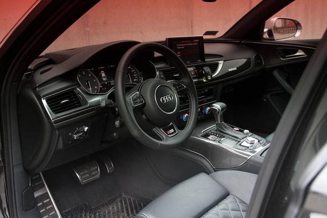 Normál A6 belső, kis karbonnal és fémmel megspékelve. A minőség és a dizájn tökéletes