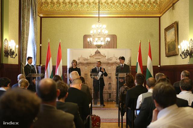 Matolcsy György jegybankelnök (k), valamint Bártfai-Mager Andrea, a monetáris tanács tagja (b) és Balog Ádám alelnök (j) a Magyar Nemzeti Bank (MNB) budapesti székházában tartott sajtótájékoztatón 2013. április 4-én