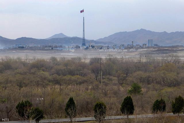 A panmindzsoni demilitarizált övezetbe telepített észak-koreai propagandafalu.