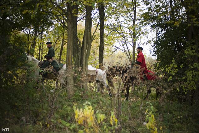 Hagyományőrző huszárok lovagolnak Tuzsér határában