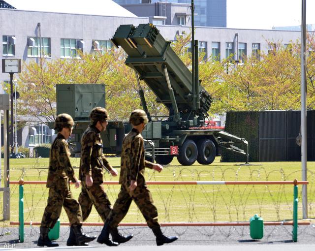 PAC-3 Patriot rakétás egység a Védelmi Minisztérium épülete előtt Japánban