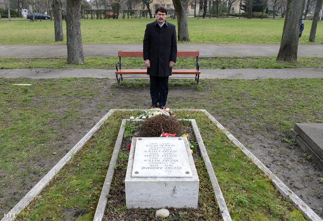 Áder János köztársasági elnök tiszteleg József Attila sírjánál a költészet napja alkalmából