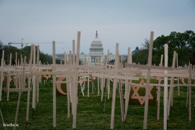 Hajnalban önkéntesek állítottak emléket a fegyveres erőszak áldozatainak a Kongresszus előtti téren