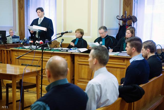 Papp Gábor az elsőrendű vádlott védője (balról) beszél a West Balkán-ügyben Sz. Győző és társainak foglalkozás körében elkövetett gondatlan veszélyeztetés vétsége miatt indult büntetőper másodfokú tárgyalásán a Fővárosi Törvényszék tárgyalótermében 2013. április 10-én.