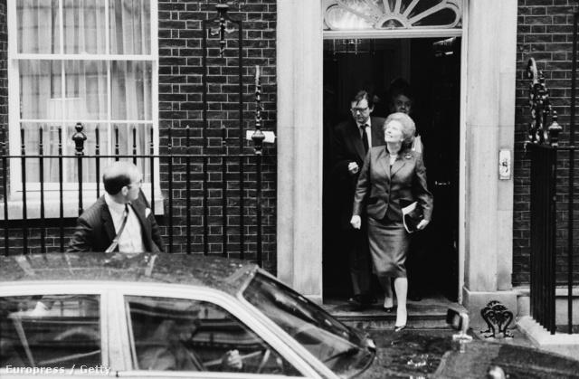 Utoljára lép ki a Downing Steet-i otthonából mint miniszterelnök.