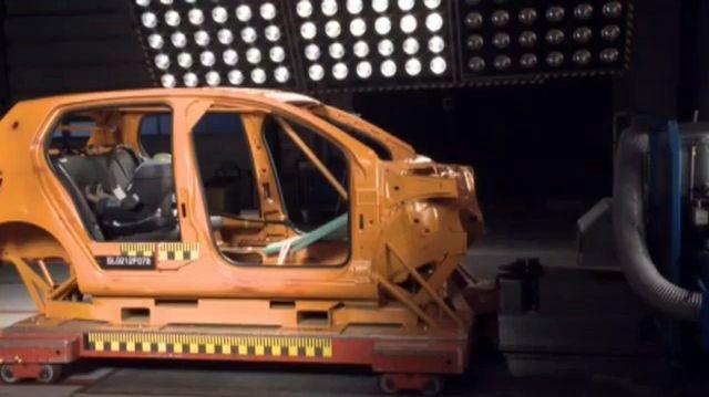 A frontális ütközést 64 km/h-val szimulálják, mint az NCAP-törésteszteken