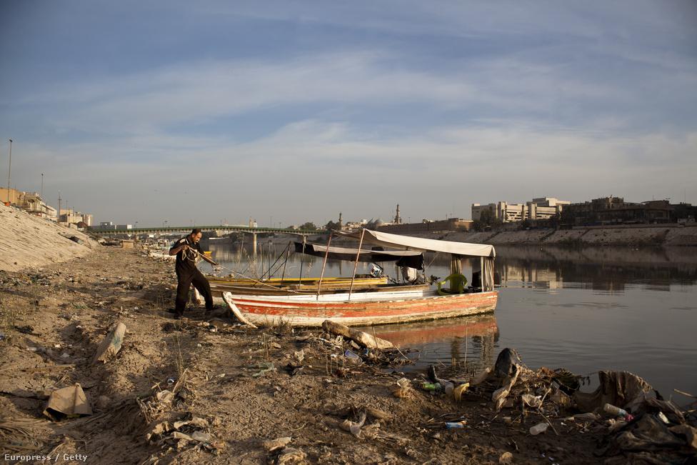 Hajóját köti ki egy halász a Tigris-folyó partján. Tíz évvel az iraki invázió kezdete, és több mint egy évvel az amerikai csapatok kivonulása után Irak még mindig kénytelen a együtt élni a háború örökségével.