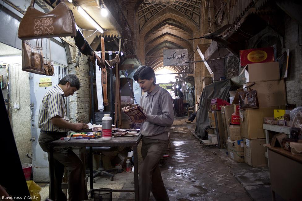 Táskákat és pénztárcákat készítő helyi férfi. Az elmúlt években kezdtek elszaporodni az egyszemélyes vállalkozások.  A bizonytalan gazdasági környezet miatt kevés a munkalehetőség, az emberek saját tehetségükből próbálnak megélni.
