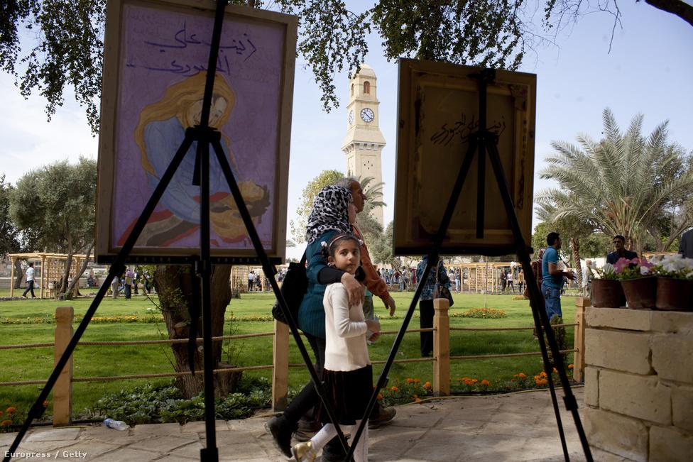 Anya és lánya sétálnak a Bagdadi Kulturális Központ parkjában. Bagdad felszabadultabb hely lett a háború óta, bevásárlóközpontok, szórakozóhelyek, drága éttermek nyíltak azon keveseknek, akik megfizethetik a nyugati stílusú szórakozást.