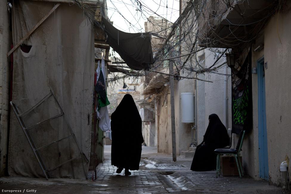 Pókháló-szerűen szövik be a szűk sikátorokat a házból-házba futó kábelek. Bagdad több magára hagyott szegénynegyedében a mai napig nincs kiépített közmű-rendszer.