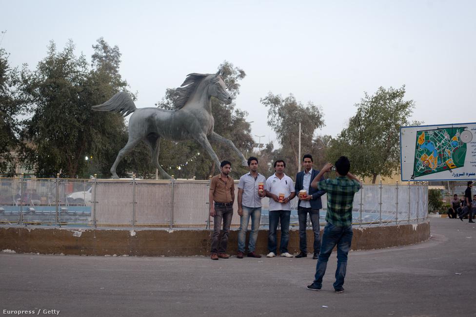 Lovasszobor előtt fotózkodó helyi turisták a Zawra parkban. A kizárólag olajra támaszkodó és nehézkesen újrainduló gazdaság kevés embernek ad munkát, mélyíti a társadalmi egyenlőtlenségeket.