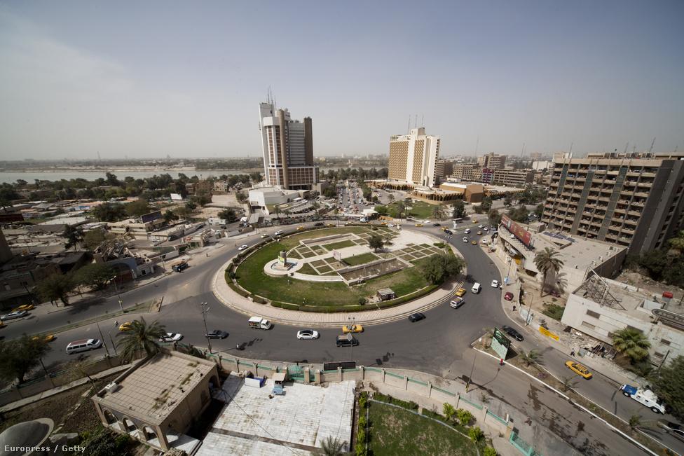 Virágzó üzleti negyed és drága hotelek azon a helyen, ahol az amerikai csapatok tíz éve ledöntötték Szaddám Husszein vasszobrát - a mai napig betonfallal és ellenőrzőpontokkal körülvett Zöld zóna közepén található Firdos téren.