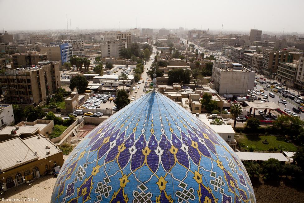 A Shahid Mecset tornya magasodik Bagdad fölé. Április 20-án kezdődtek az első  tartományi választások Bagdadban az amerikai csapatok kivonulása óta, miközben egyre élesedő szektariánus ellentétek és folyamatos merényletek növelik a bizonytalanságot.