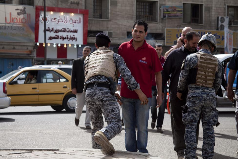 Iraki biztonsági erők ellenőrzik az utcákat a bagdadi Tahrír-téren. A mai napig rendszeresek a síita mecsetek és állami épületek ellen irányuló merényletek, amiket al-Kaidához köthető csoportok hajtanak végre. Az al-Kaida helyi szárnyaként emlegetett Iraki Iszlám Állam és más szunnita iszlamista csoportok a síita Núri al-Máliki kormányának megdöntésére törekszenek.