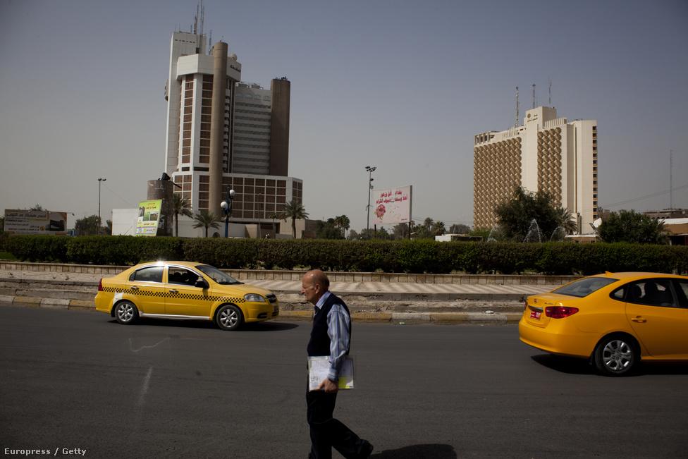 Újságárus férfi sétál Bagdad egyik főútján.