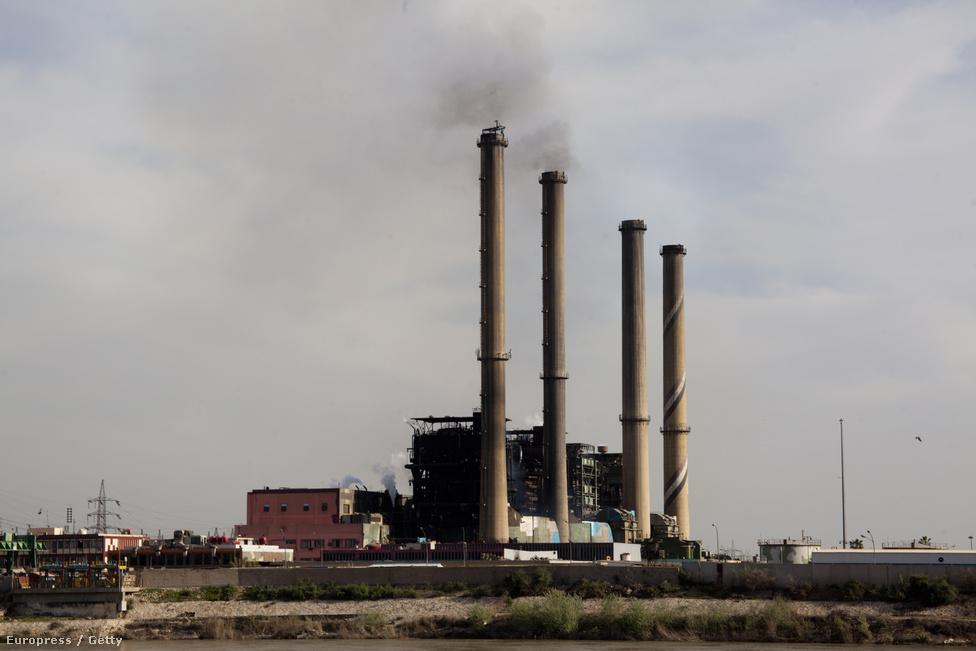 A Dora erőmű. A Nemzetközi Valutaalap (IMF) március végi prognózisa szerint az iraki gazdaság 2012-ben 8 százalékkal bővült a beinduló olajtermelésnek köszönhetően, ugyanakkor az iraki vezetésnek többet kell tennie a nem olajhoz köthető vállalkozások fellendítéséért. Az infláció tavaly hat százalék volt, 2013-ra ennél kevesebbet várnak.