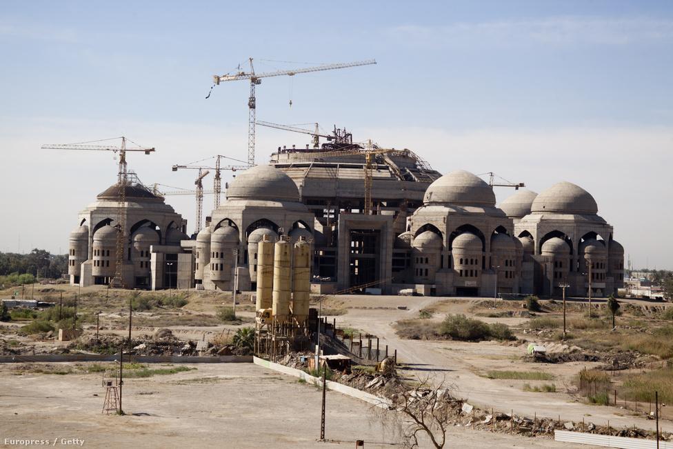Még mindig épül a Szaddám  Husszein által terveztetett Al-Rahman mecset. Több egykori épületet is átértékeltek a háború óta, és igyekeznek eltüntetni a volt diktátor uralmának szimbólumait. A mecset a diktátor emléke helyett a elnyomás áldozatai előtt tiszteleg majd, ha megépül.