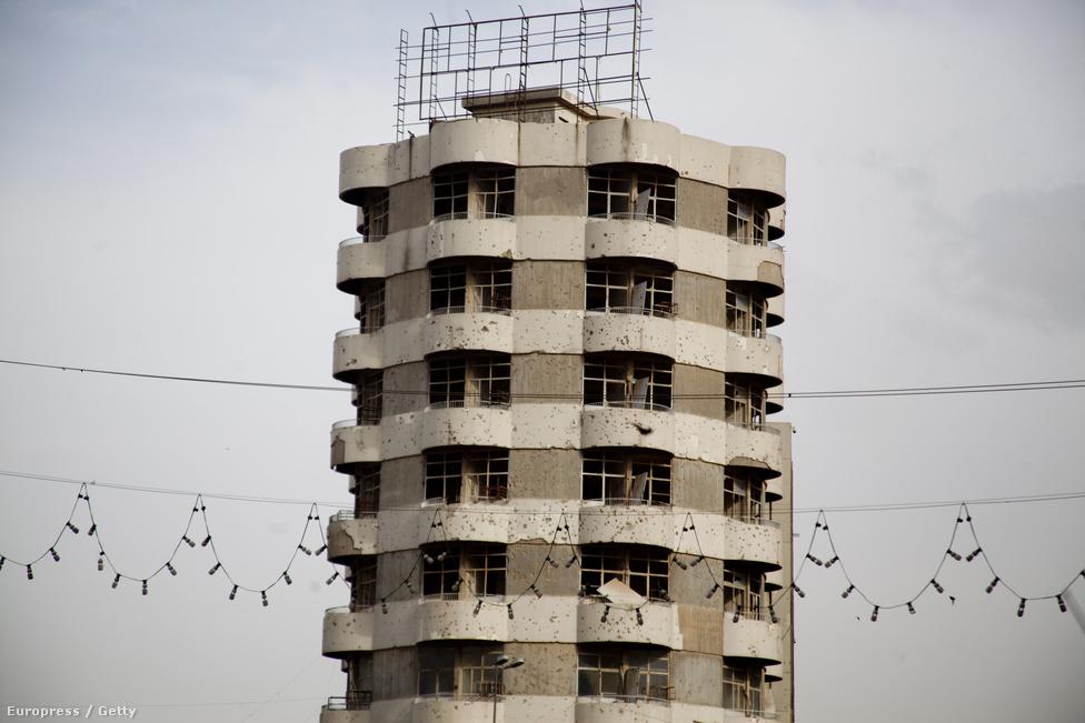 Tíz éve szétlőtt toronyház, amit azóta sem kezdtek el felújítani.