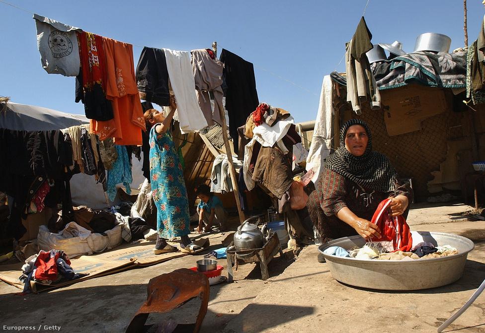 Sátortáborban élő család Bagdad egyik peremkerületében. A  családnak azért kellett mennie bagdadi otthonából, mert a háború alatt megszűnt munkahelyük, újat pedig azóta sem találtak.