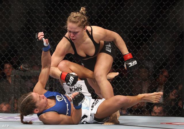 Ronda Rousey (felül) és Liz Carmouche