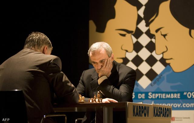 Karpov (b) és Kaszparov (j) újra a tábla mellett, 2009-ben