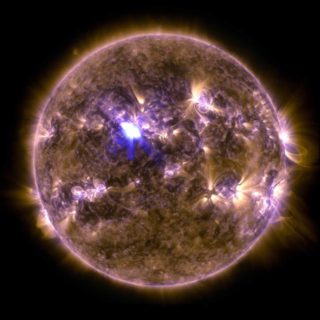Az SDO szonda felvétele a Napról, a vakító kékesfehér kis folt a mostani napkitörés (fotó: NASA)